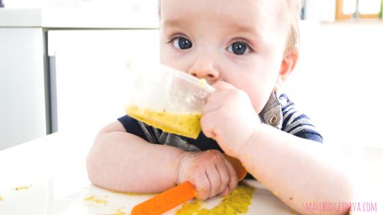 autosvezzamento_ il bambino mangia con le mani